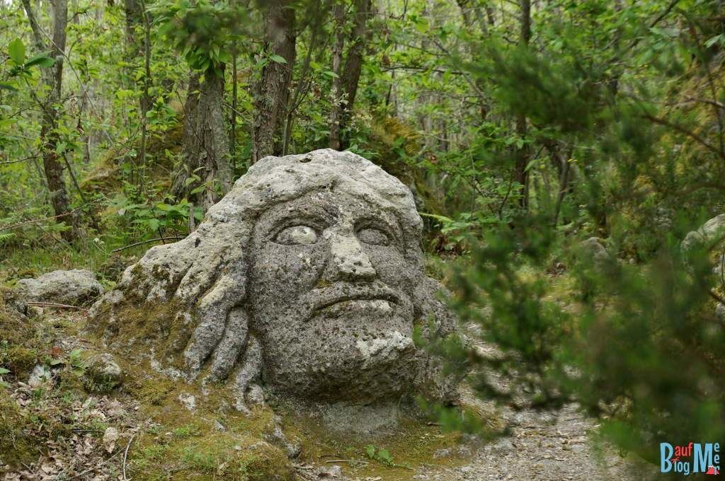 Steinfigur im Wald von Falaga der Insel Ischia bei Neapel
