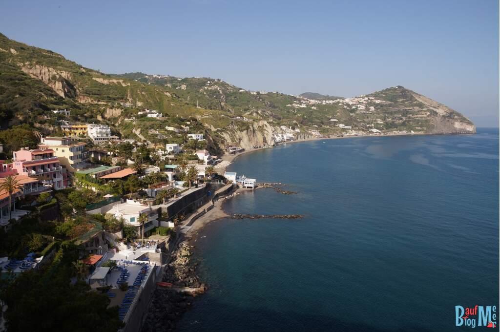 Ausblick beim Wandern auf den Maronti Strand Ischia