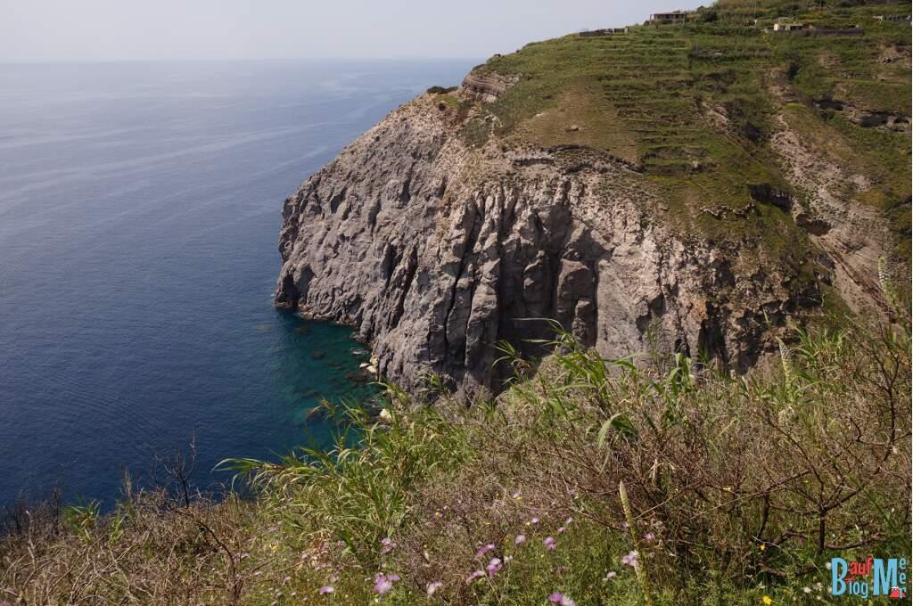 Blick auf die Küste vor der Pelara Bucht vom Monte di Panza auf Ischia