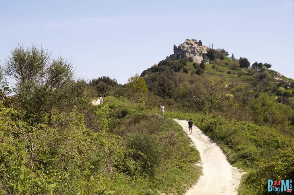 Blick hinauf zum Gipfel Epomeo im Zentrum der Insel Ischia