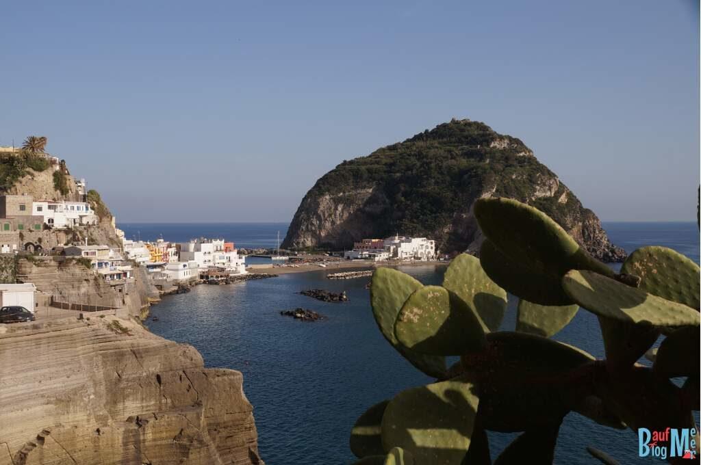 Blick auf die Landzunge von Sant Angelo der Insel Ischia