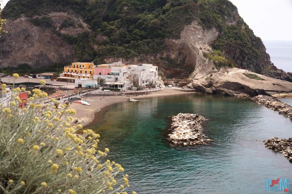 Strand von Sant Angelo auf der Insel Ischia (Italien)