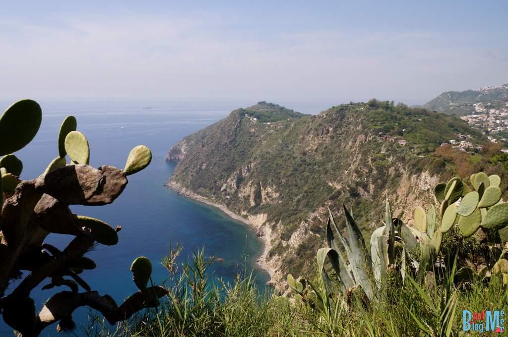 Ausblicke vom Küstenwanderweg bei Scarrupata in Ischias Westen