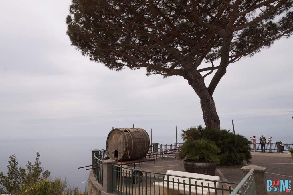 Aussichtsterasse in Serrara mit Blick auf das Meer