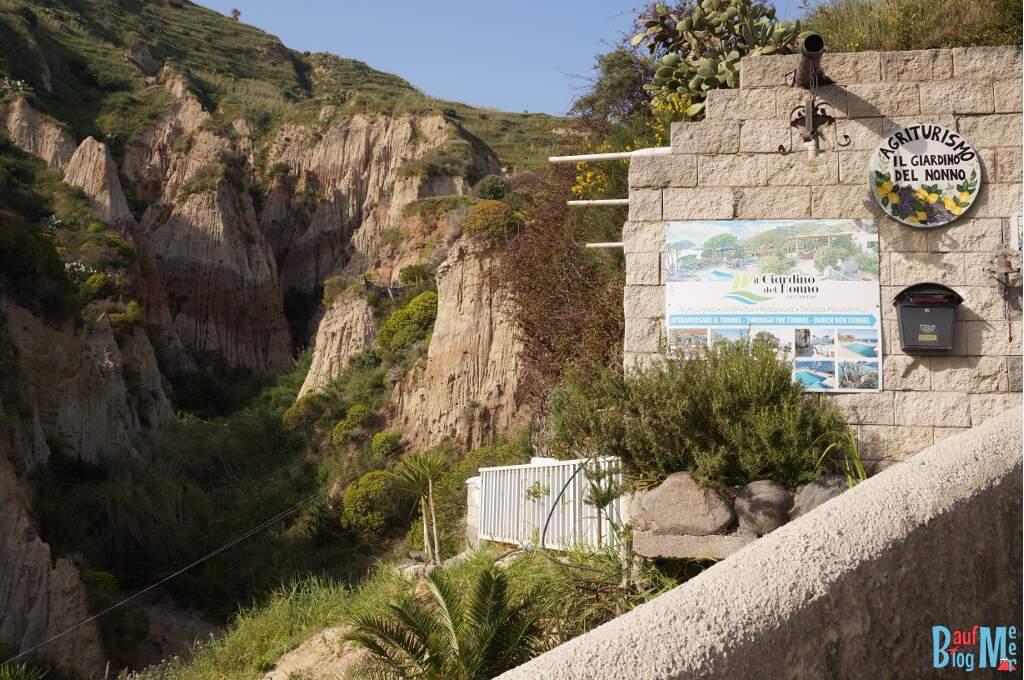 Kalksteinfelsen auf der Insel Ischia beim Marontistrand a