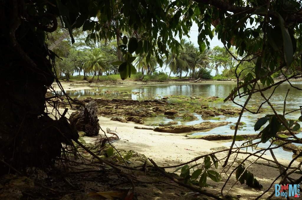 Blick auf eine Bucht auf Carenero, Bocas del Toro zur Regenzeit