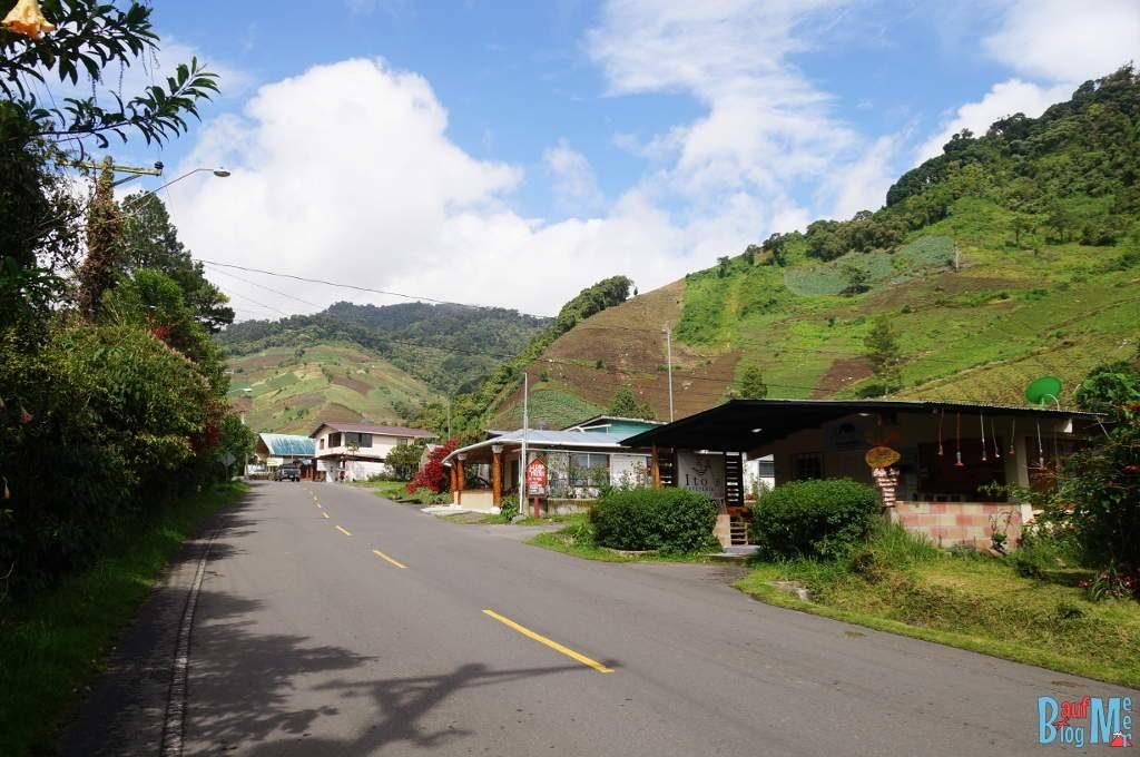 Straße in Guadalupe auf dem Weg zum Sendero los Quetzales