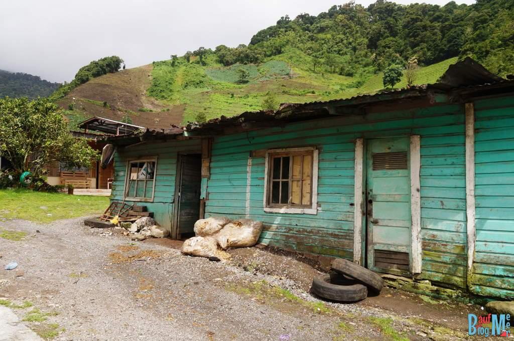Holzhaus auf dem Weg zum Sendero los Quetzales