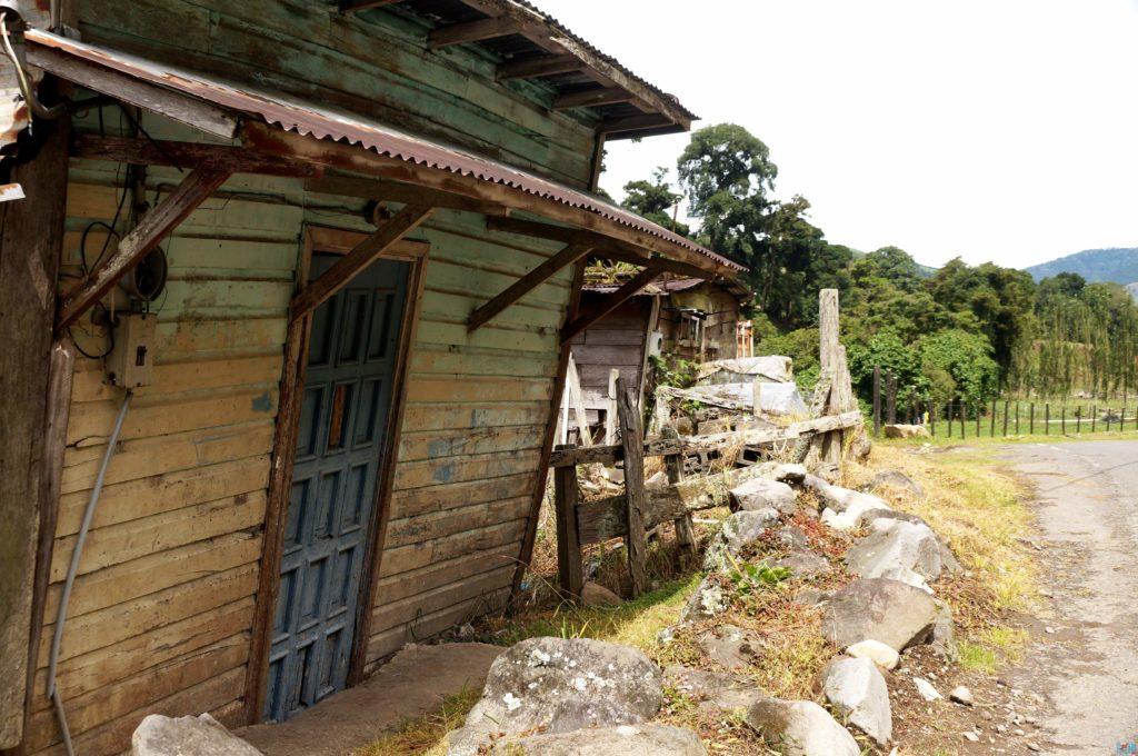 Holzhaus bei Guadalupe auf dem Weg zum Sendero los Quetzales