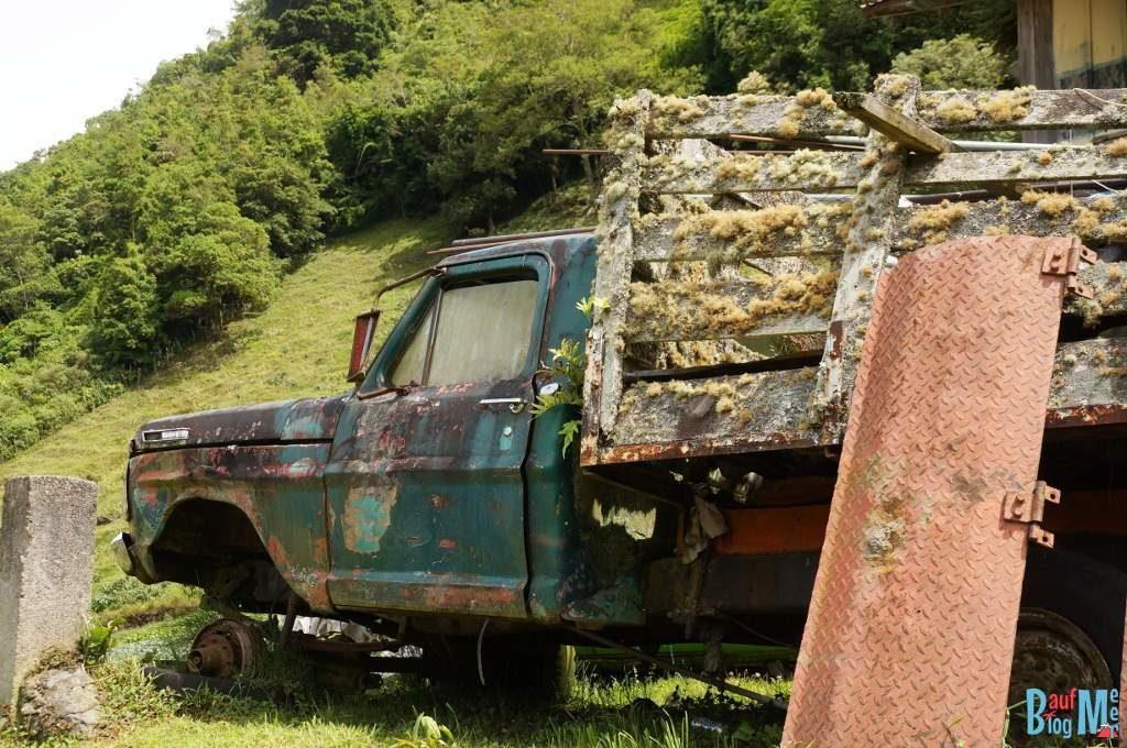 Rostiges Auto auf dem Weg zum Sendero los Quetzales