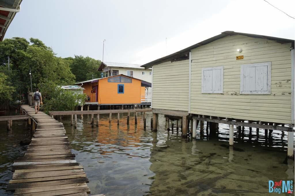 Wohngebiet Bocas del Toro zur Regenzeit