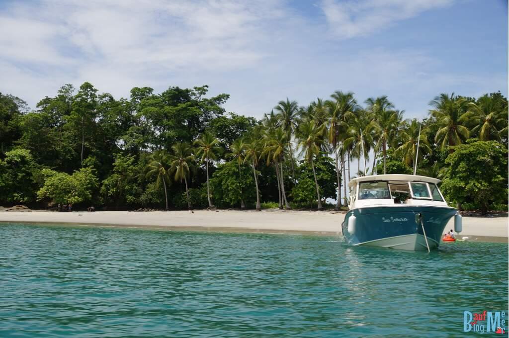 Boot am palmengesäumten Strand der Isla Gamez im Golf von Chiriqui