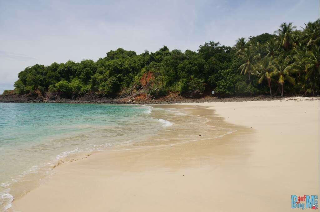 Der Strand und das Meer der Isla Bolana im Golf von Chiriqui