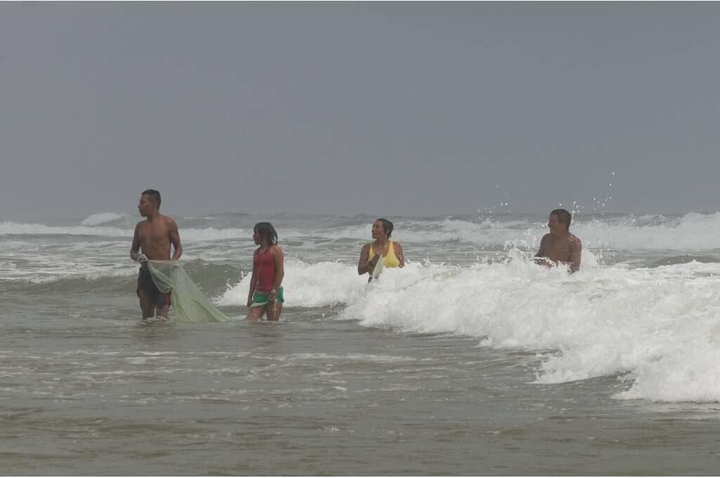 Familie beim morgendlichen Fischen in Guna Yala