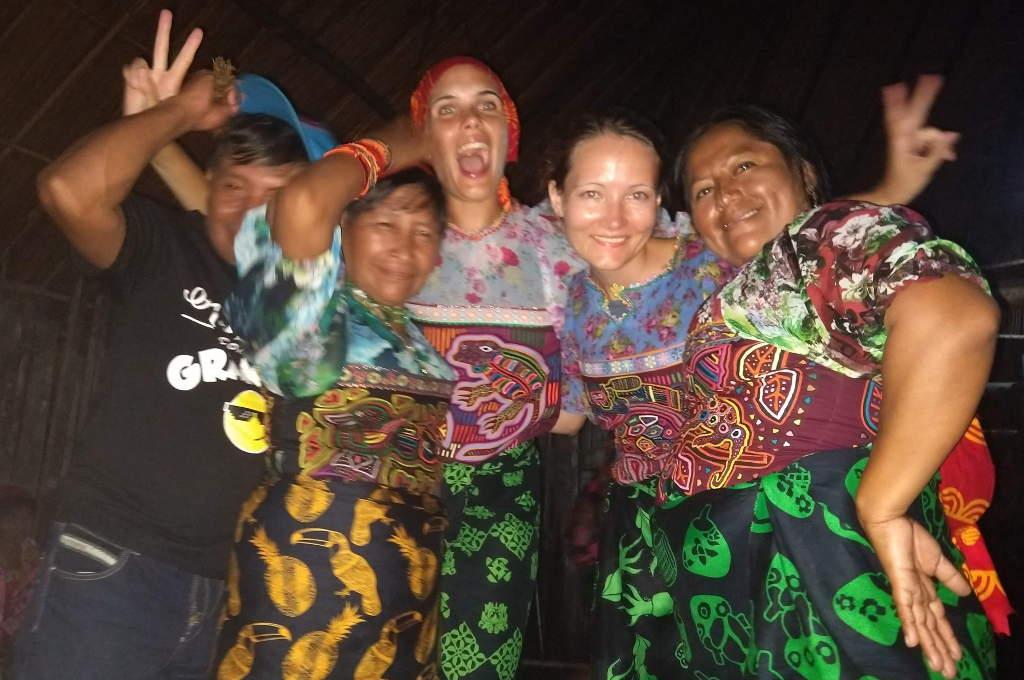 Auf einer Kuna Party im Guna Yala Gebiet