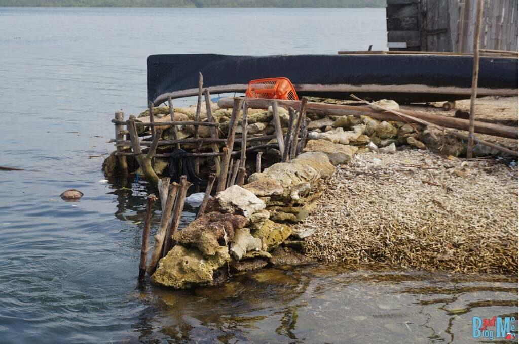 Die Insel wird durch Aufschüttung mit Korallenschrott vergrößert. San Blas Panama.