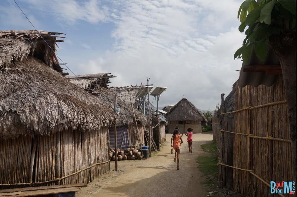Einfache Hütten mit Solarpanels