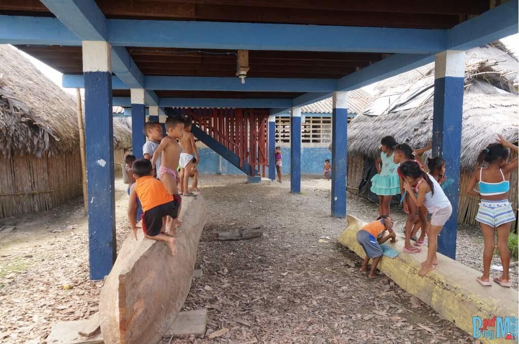 Spielende Kuna Kinder in einem Kuna Dorf in San Blas Panama