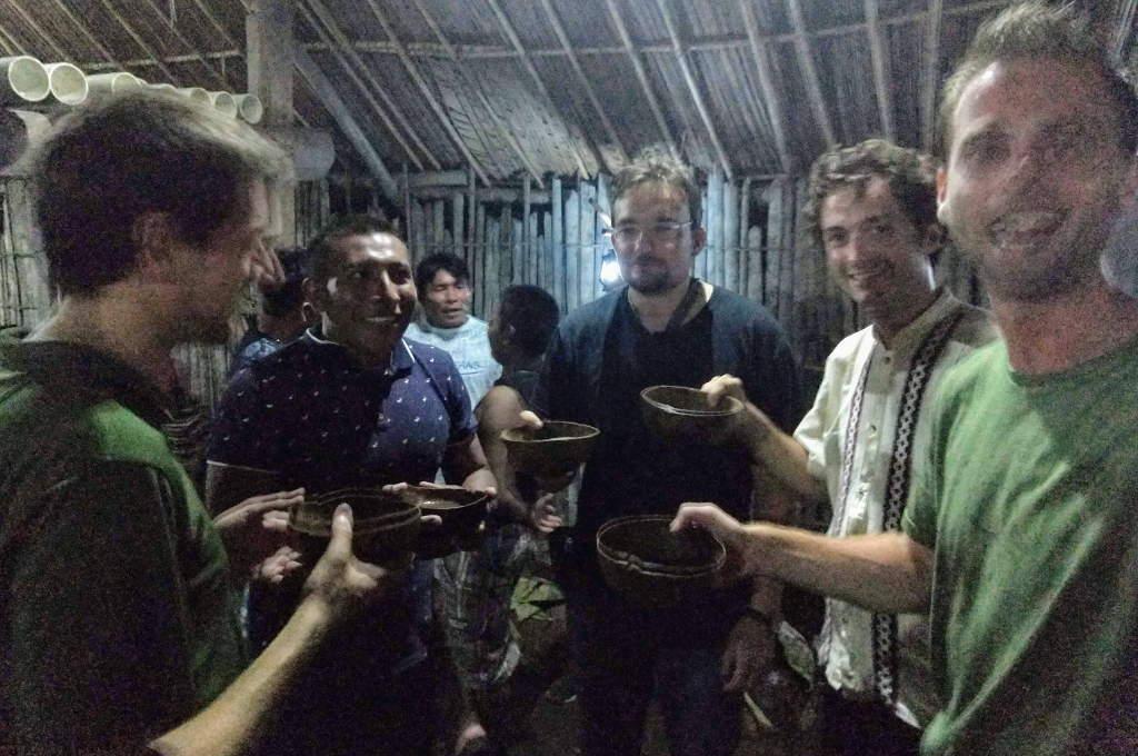 Die Männer mit ihren Kokosnussschalen vor dem Tanz in Guna Yala