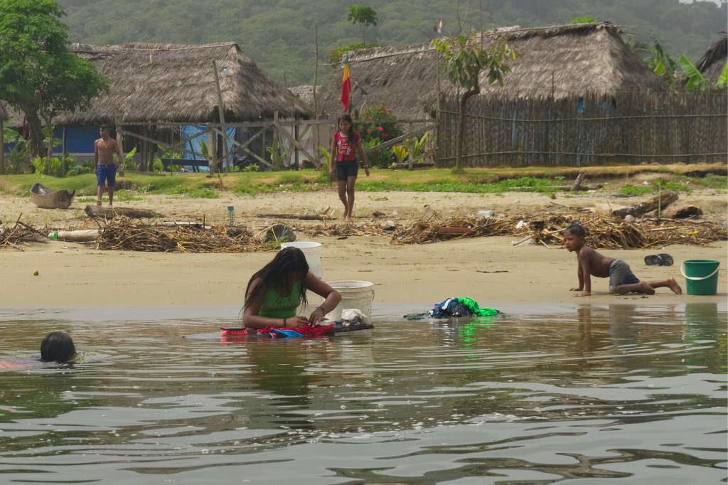 Wäsche waschen im Fluss Armila in Guna Yala