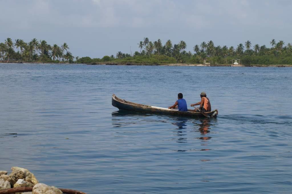 Guna Männer im traditionellen Cayuco auf den San Blas Inseln