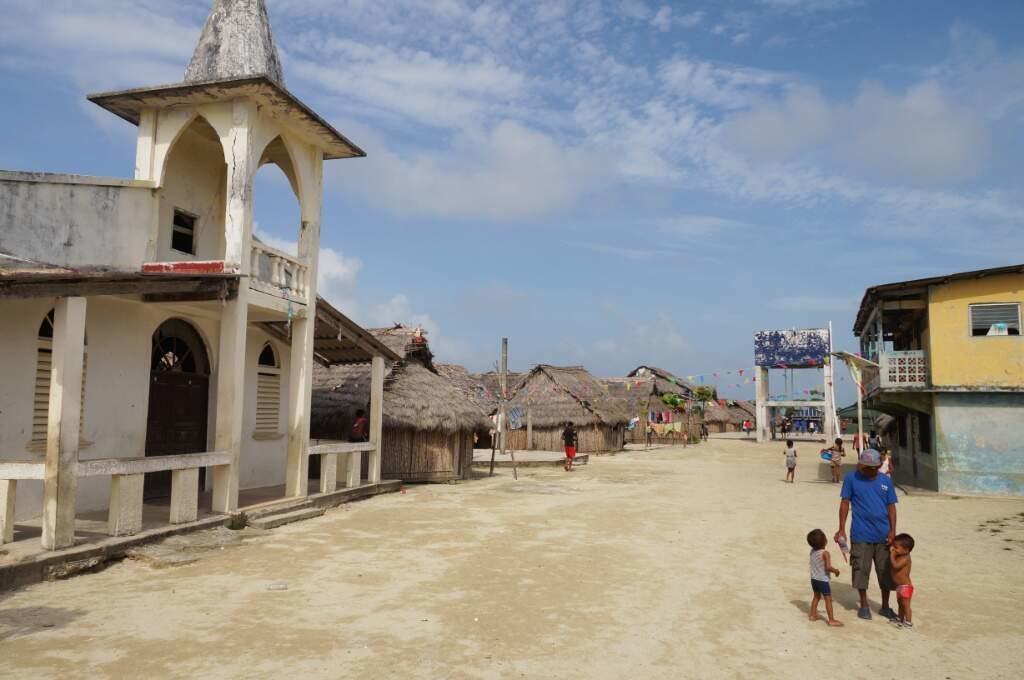 Ein Guna Dorf auf den San Blas Inseln