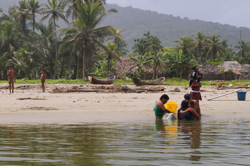 Guna an einem Fluss des San Blas Archipels