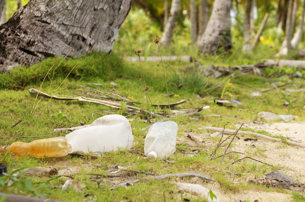 Plastikflaschen an der Küste des San Blas Archipels