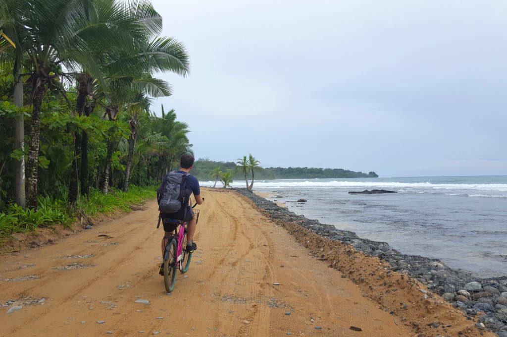 Mit dem Fahrrad unterwegs auf Isla Colón im Bocas del Toro Archipel