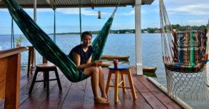Anna auf der Terasse des BarrBra BnB, ein Traum beim Backpacking in Panama