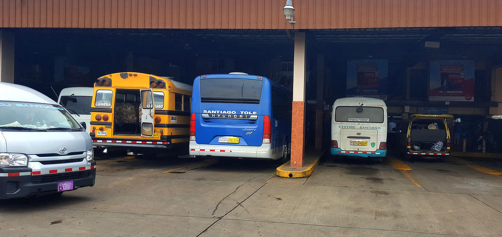 Diverse Busse beim Backpacking in Panama