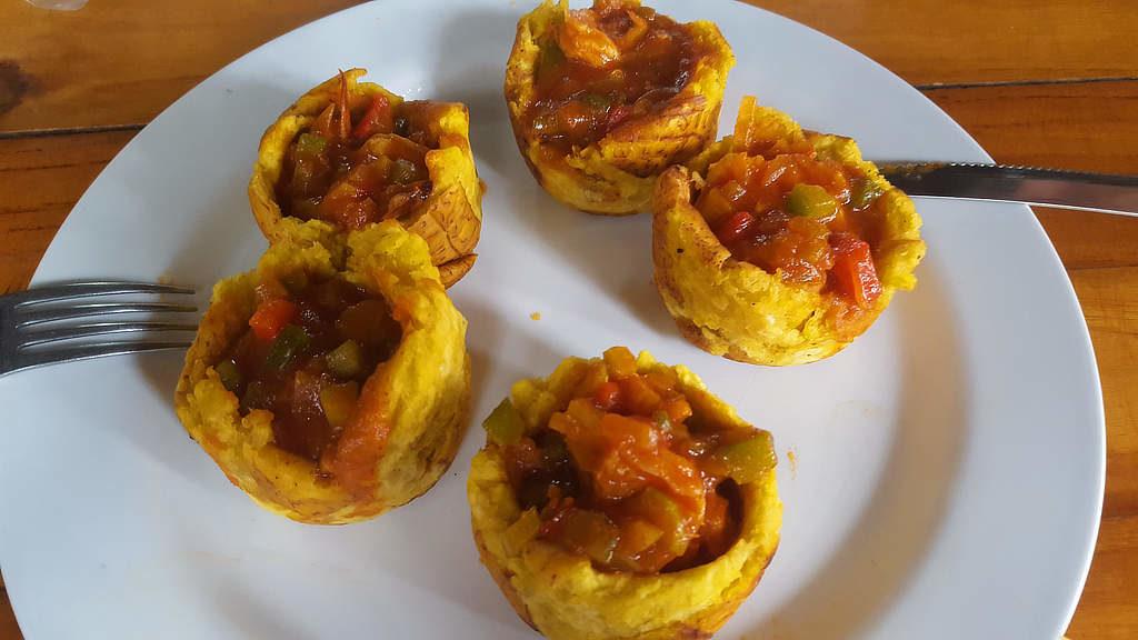 """Essen beim Backpacking in Panama: Patacones Rellenos gibt es in lokalen Restaurants wie """"Fondas"""" zu einem guten Preis"""