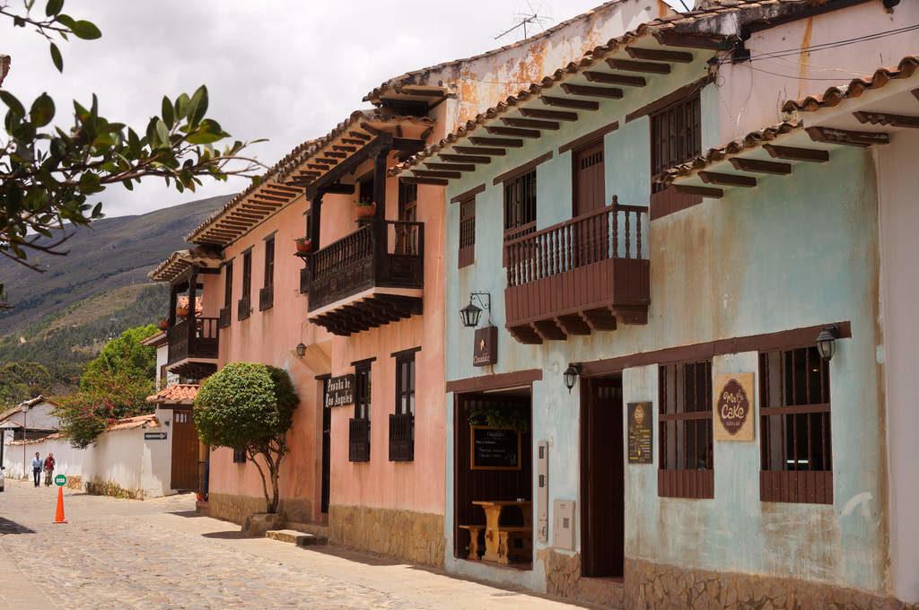 Blaues und korallfarbenes Haus in Villa de Leyva: ein seltener Anblick