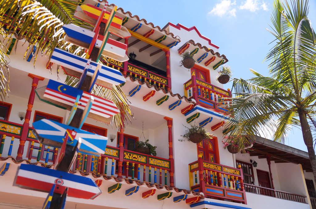 Weißes Haus mit bunten Elementen am zentralen Platz in Guatapé