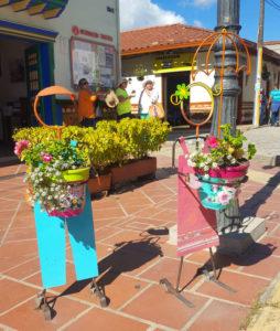 Bunte Drahtfiguren in Guatapé
