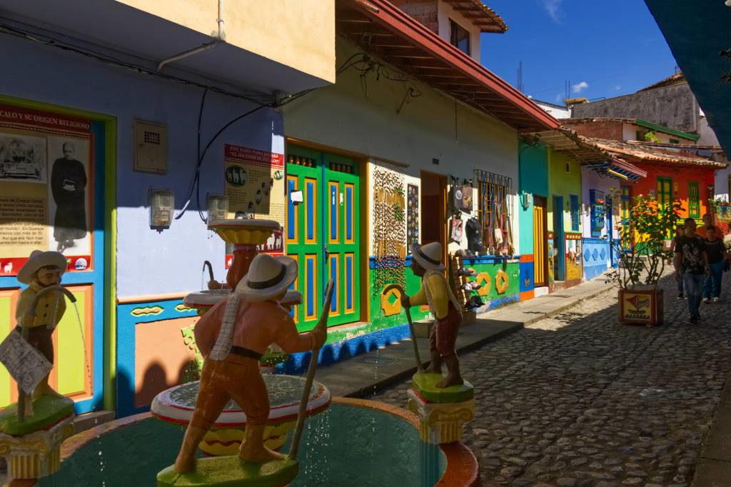 Brunnen und bunte Straße in Guatapé