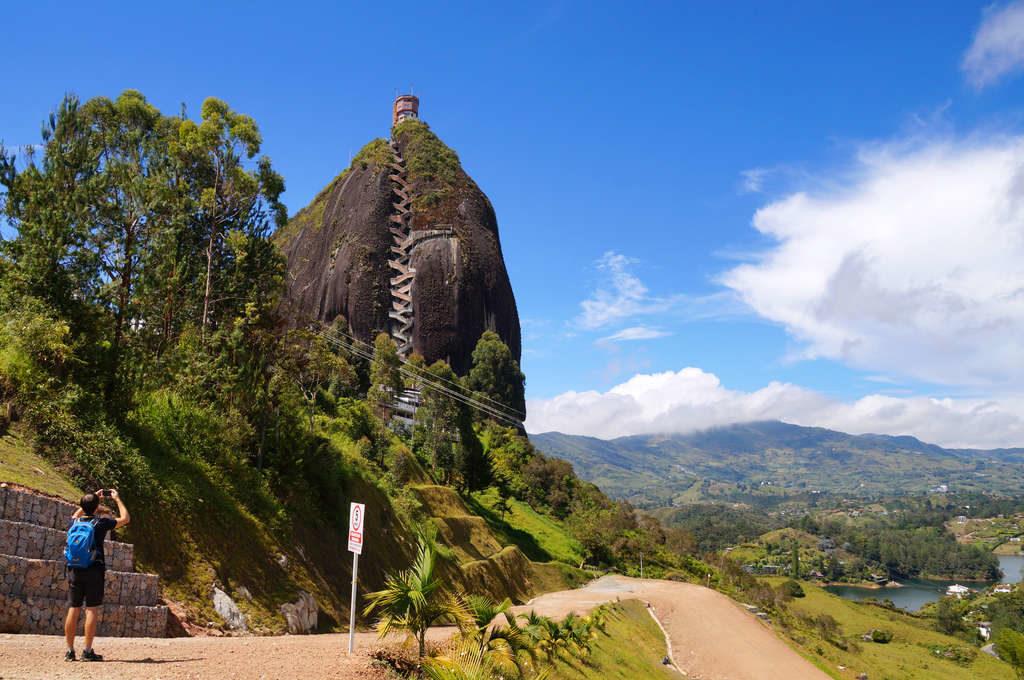 Aussicht von unten auf den Felsen von Peñol