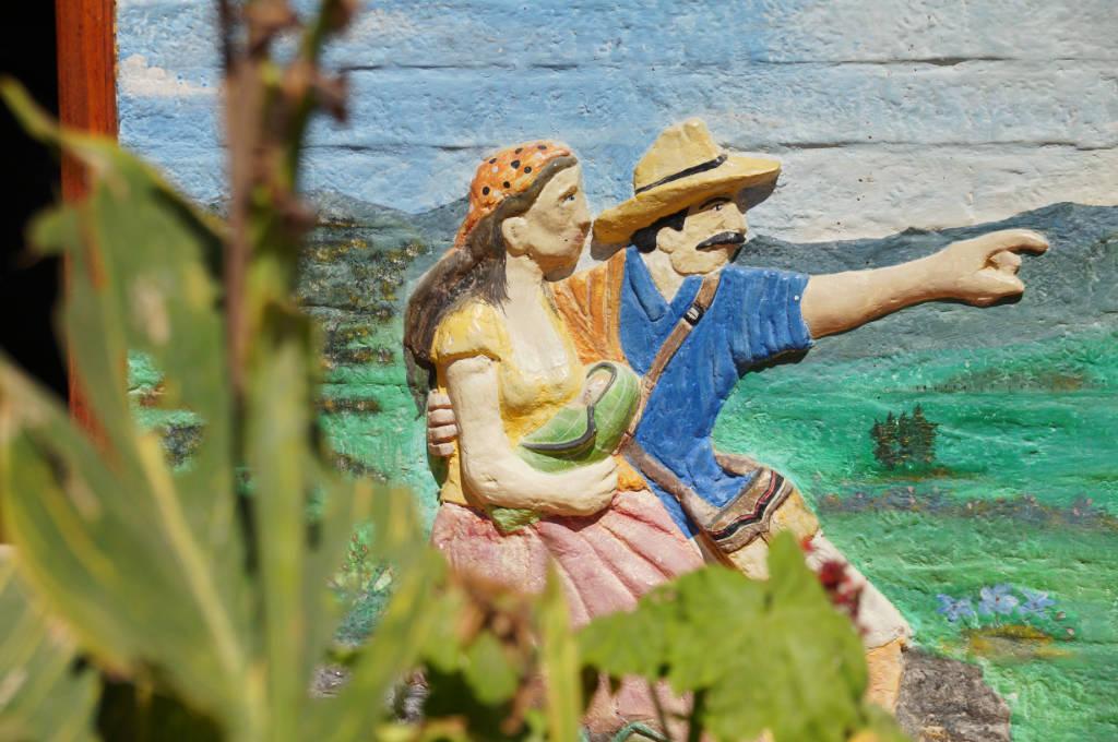 Buntes Relief auf einem Haus in Guatapé