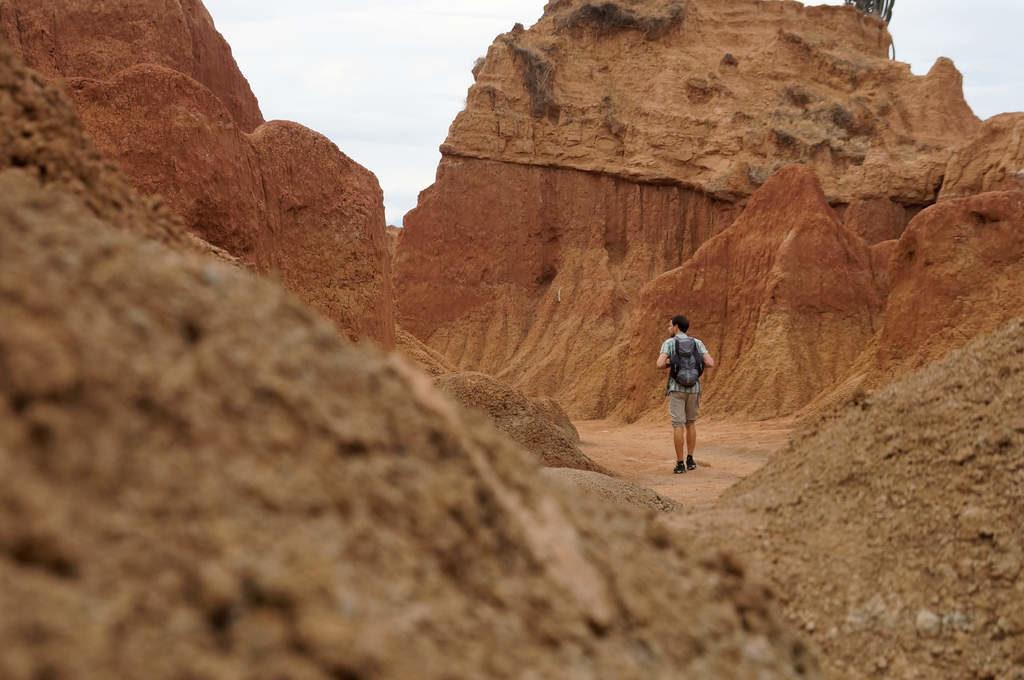 Zwischen den Felsformationen der roten Tatacoa Wüste
