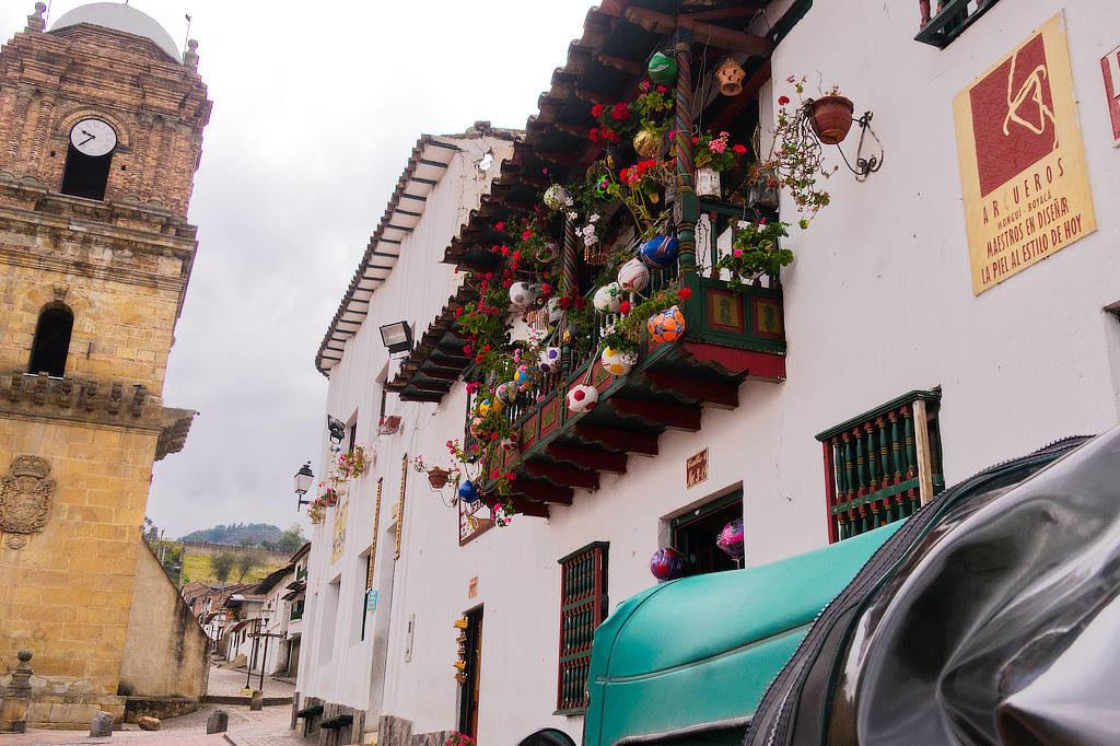 Balkon mit Bällen am Hauptplatz von Mongui