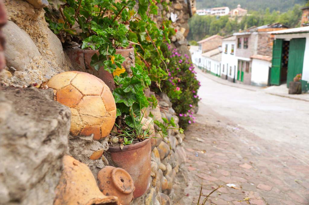 Keramikfußball in einer Gasse in Mongui