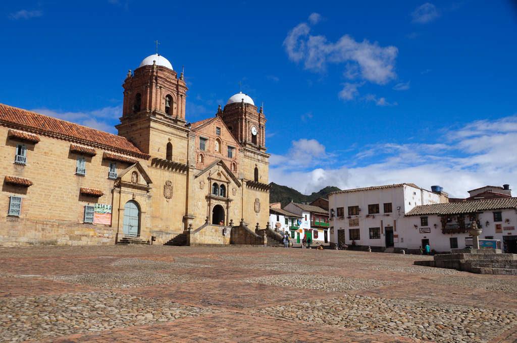 Kirche und Hauptplatz in Mongui.
