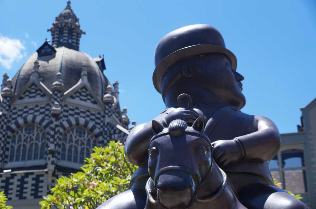 Botero Skulptur und Palacion de la Cultura in Medellin