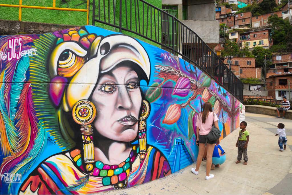 Graffitis hoch oben in der Comuna 13 im kolumbianischen Medellín