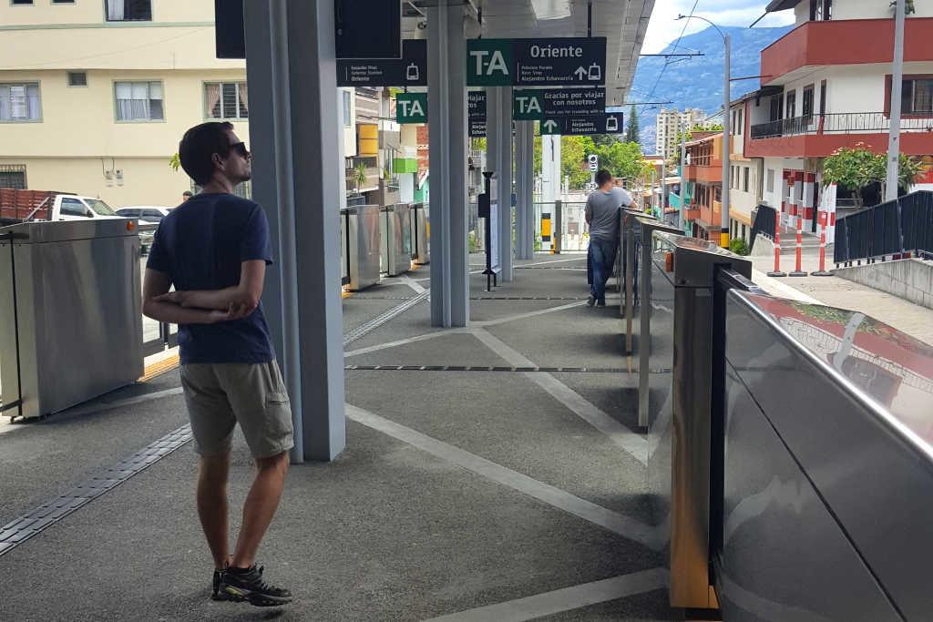 Straßenbahnhaltestelle in Medellín Kolumbien