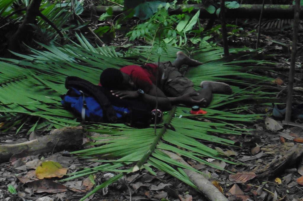 Flüchtling schläft im Darien Dschungel
