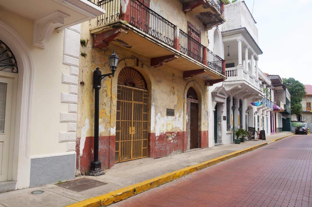 Brüchige Gebäude neben restaurierten Häusern in Casco Viejo