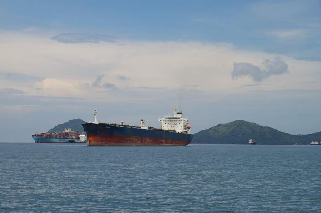 Tankschiff auf der Pazifikseite des Panamakanals