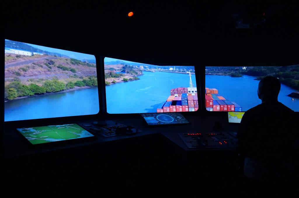 Nachbildung einer Steuerzentrale eines Frachtschiffes bei seiner Passage durch den Panamakanal