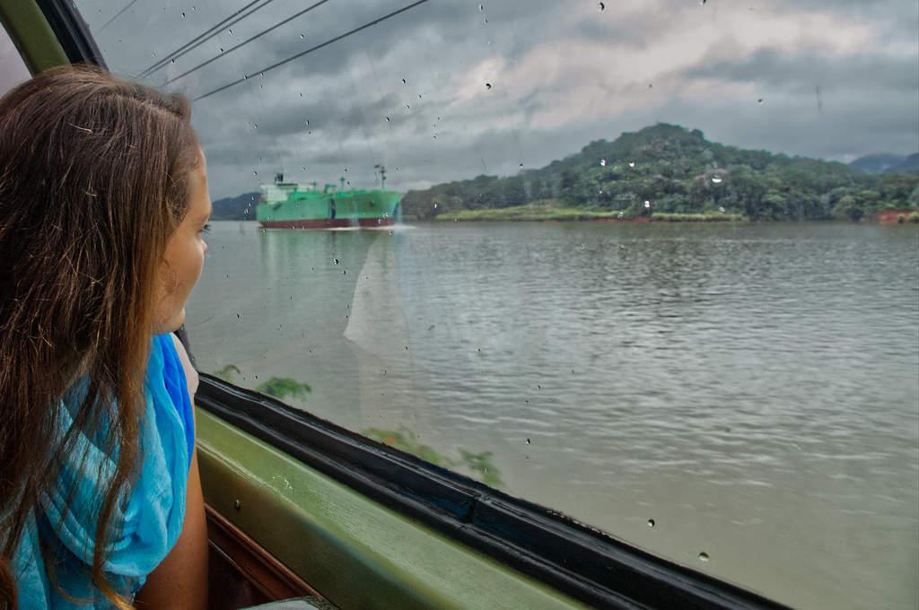 Blick auf ein Frachtschiff auf dem Gatun See des Panamakanals